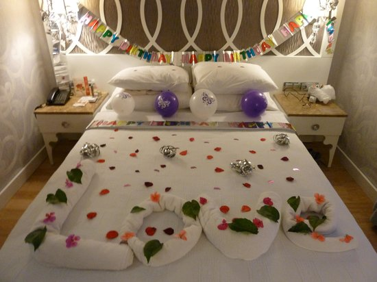 Ocean Blue High Class Hotel: My Birthday surprise in our room.