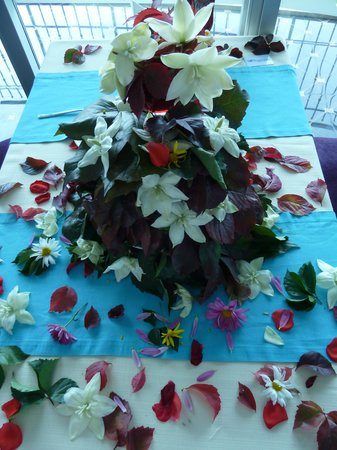 Ocean Blue High Class Hotel: The beautiful floral display on our table.