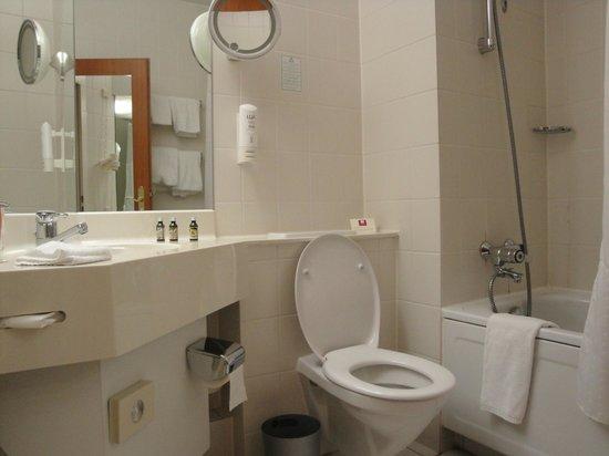 Leonardo Hotel Aachen: Vista bagno