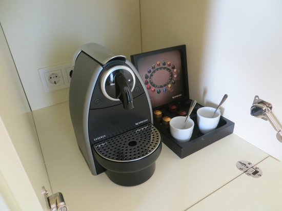 Radisson Blu Resort Split: Coffee machine in room