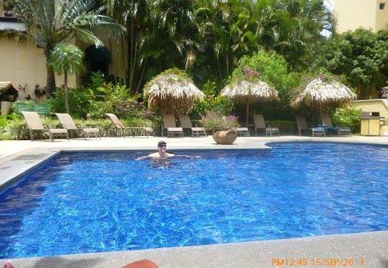 Apartotel & Suites Villas del Rio: tiene dos piscina y un jacuzzi. Esta es la piscina con agua caliente.