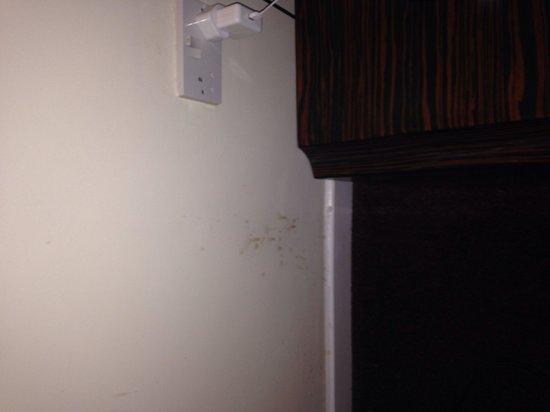 Ramada Oldbury Birmingham: Dirt over walls