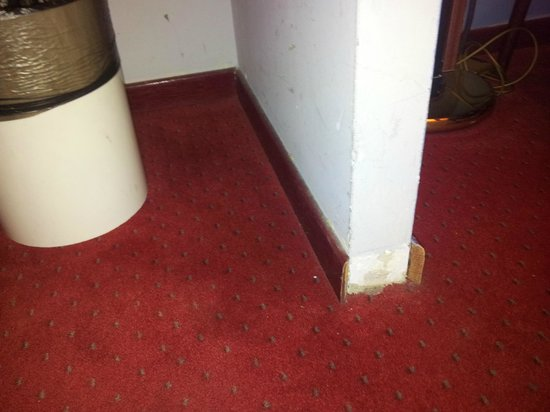 Slina Hotel: estado de pared y moqueta