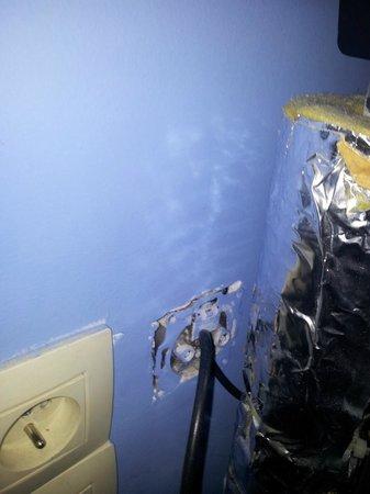 Slina Hotel: Enchufe de la nevera  en malas condiciones