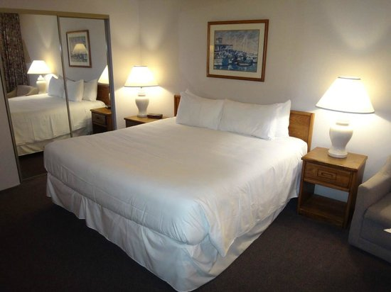 The Seaglass Inn & Spa: Our king bed room