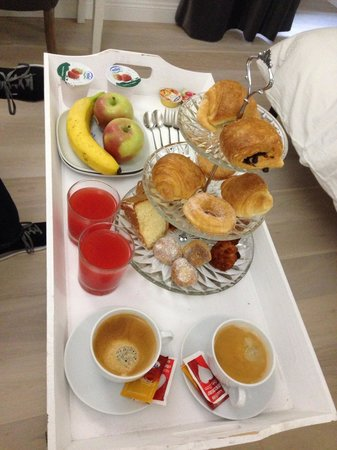 La Finestra sul Colosseo B&B: Breakfast is served!