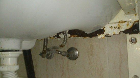 Apartamentos Turquesa Playa : Lavabo a punto de caerse!!