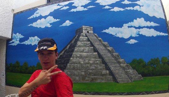 Mundo Maya Hostel: картина на рецепшене