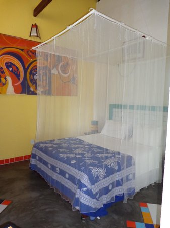 Aos Sinos dos Anjos - Art Hotel: Cama con dintel