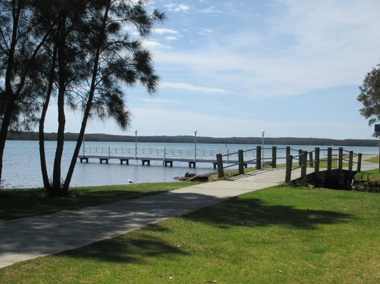 Ingenia Holidays Lake Macquarie: Jetty, Bridge over creek & concrete path