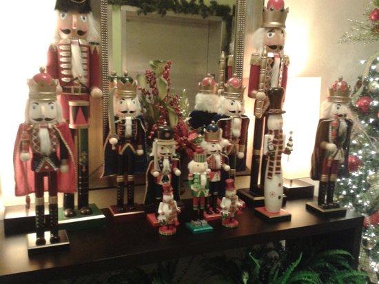 Fairfield Inn & Suites Elkin Jonesville: Some decorations in the hallway.