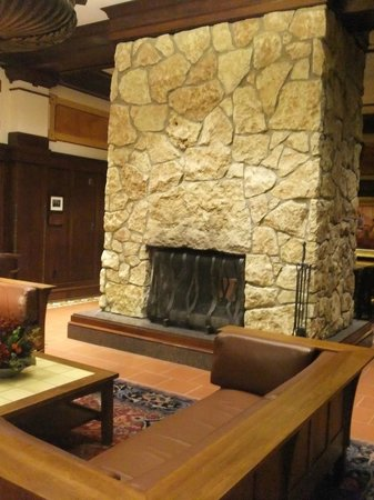 Hotel Pattee: Lobby fire place