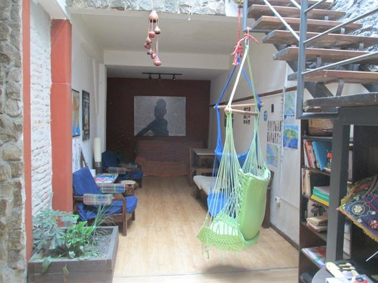 Willy Fog Hostel: readind area