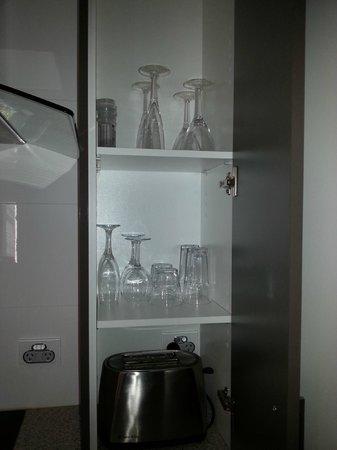 Gallery Apartments : Plenty of glassware...