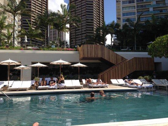 The Modern Honolulu : Great lounger area around Pool