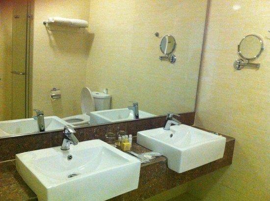 Ixora Hotel Penang: wash basin