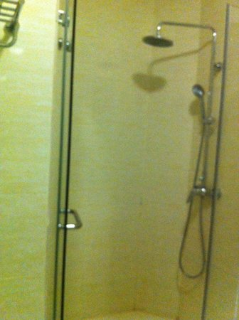Ixora Hotel: rain shower