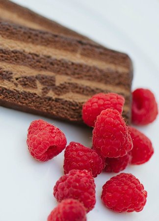 Gowlland Harbour Resort Dining Room : Chocolate mousse torte with fresh raspberries
