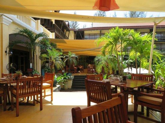 Victoria Angkor Resort & Spa: Bar/restaurant area near pool