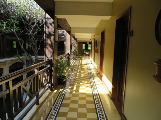 Victoria Angkor Resort & Spa: Corridor near our room (near central lobby with trees)