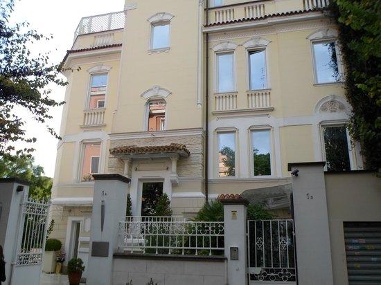 Hotel Villa Duse : outside beauty.