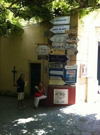 Discover Positano - Daily Tour: signs for the town