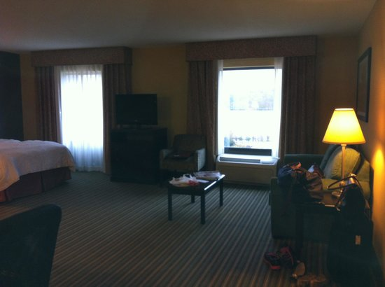 Hampton Inn & Suites Mt. Vernon/Belvoir-Alexandria South: Couch,cocktail table and tv along with 2 queens and still room to spare