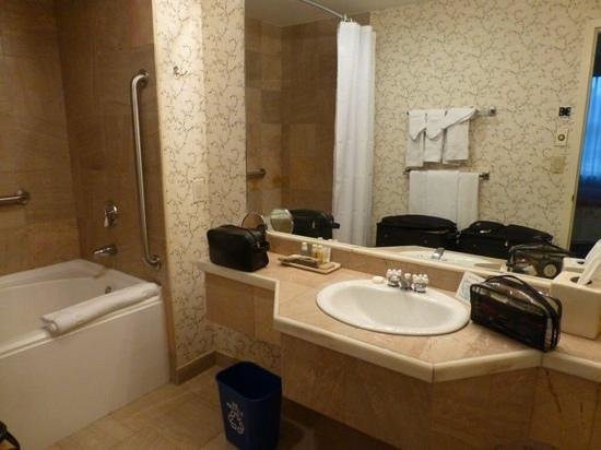 Harraseeket Inn: the large bathroom