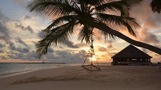 Vilamendhoo Island Resort & Spa: stunning beach near asian wok