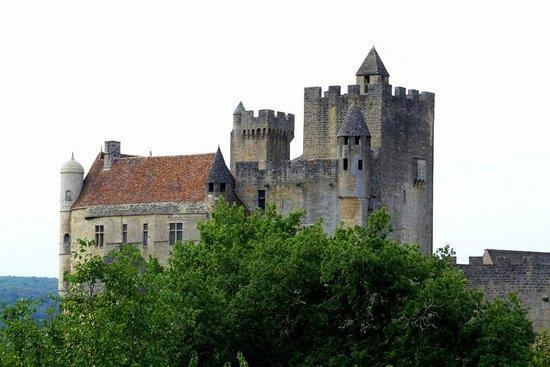 Château de Beynac : View of Chateau de Beynac from the parking area.
