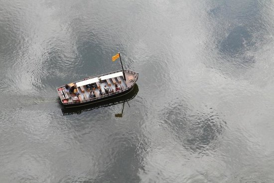 Château de Beynac : This boat on the Dordogne looks close.  It's 500 feet straight down from the castle ramparts.