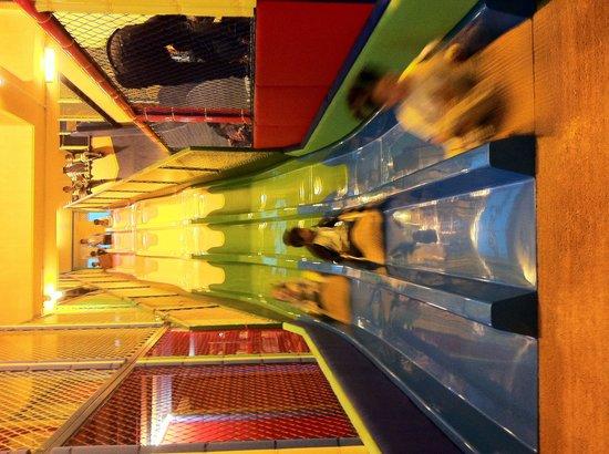 Kerry Hotel Pudong Shanghai: ホテル内キッズルーム名物巨大滑り台!