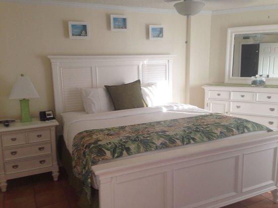 Ocean Pointe Suites at Key Largo: Main room king bed
