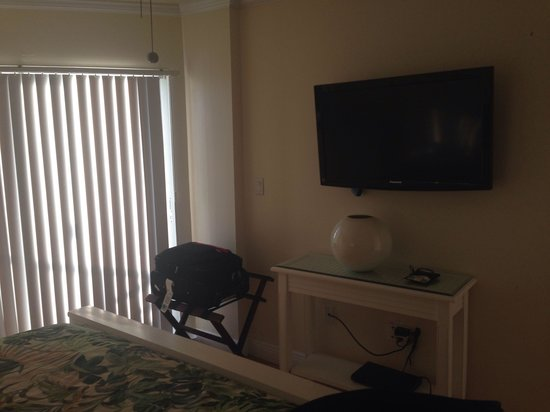 Ocean Pointe Suites at Key Largo: TV in room