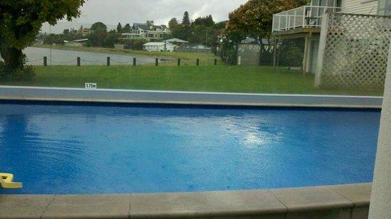 Waimahana Luxury Lakeside Apartments: Pool across to front of lake Taupo