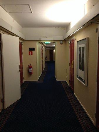 Grand Hotel Lund: 廊下にならぶ絵画。どこがよいのかわからん。誰の趣味?