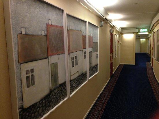Grand Hotel Lund : 廊下。同一と思われる作者の意味不明の絵画がならぶ。まとめ買いしたのかな?