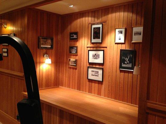 Grand Hotel Lund : 地下のジム 昔の選手の写真が壁一面に