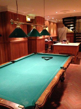 Grand Hotel Lund : 地下の娯楽室のビリヤード台 こういうところでする人がいる?