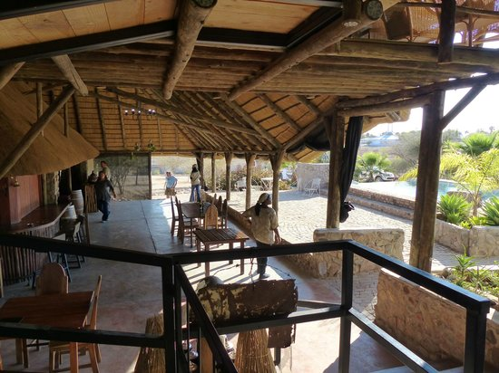 Etotongwe Lodge: Bar and pool area