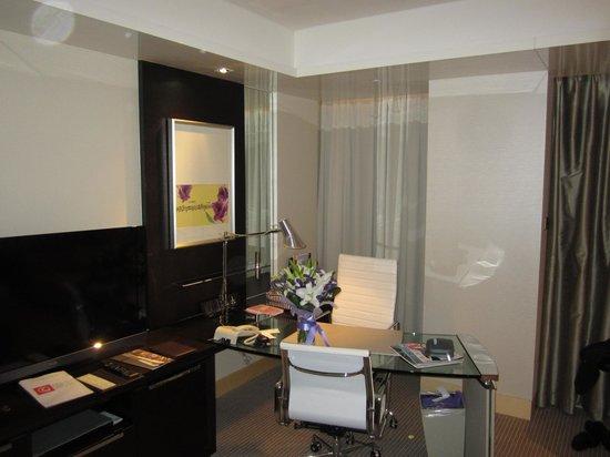 Hotel Nikko Shanghai: Desk area