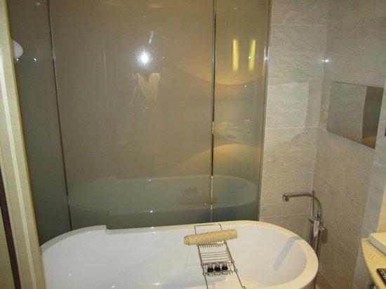 Hotel Nikko Shanghai: Big bathtub