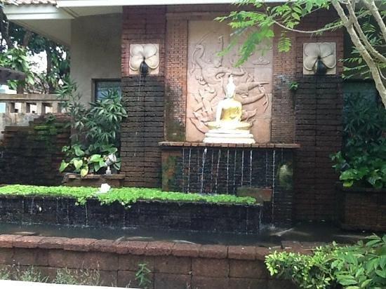 Karon Whale Resort Phuket: garden area leading to villas