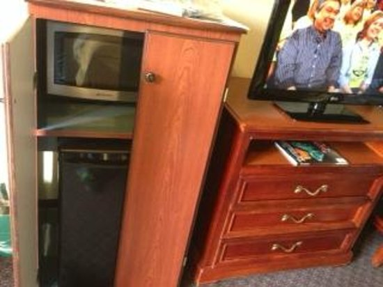 La Quinta Inn Clearwater Central: Microwave and fridge and flat screen tv