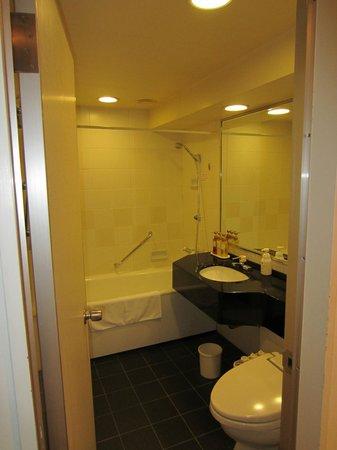 Hamilton Red : Bathroom