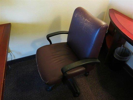 Larkspur Landing Renton : chair in room (a little worn)