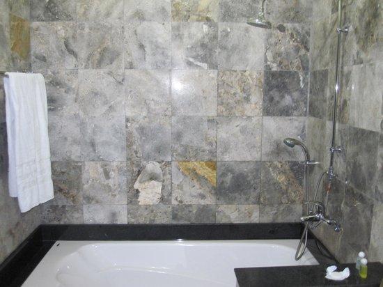 Hoi An Trails Resort: Bath pic1