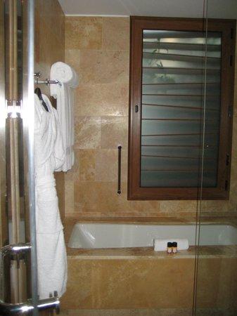 Tambo del Inka, A Luxury Collection Resort & Spa, Valle Sagrado: bathrooms are great and classy