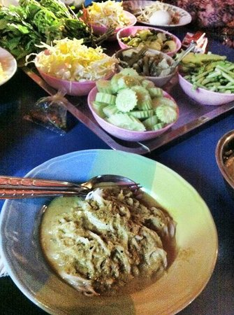 Hatyai GreenView: night market local thai laksa noodle and its condiments
