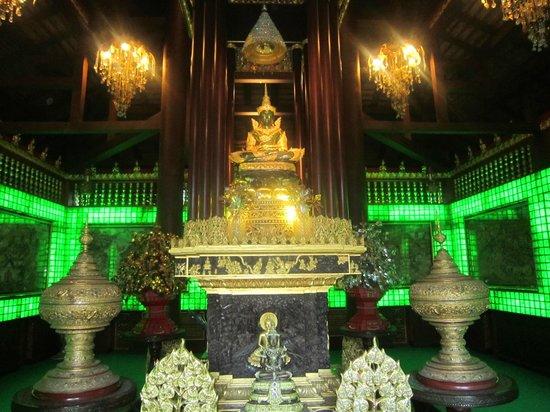 Wat Phra Kaeo (Temple of the Emerald Buddha): Emerald Buddha